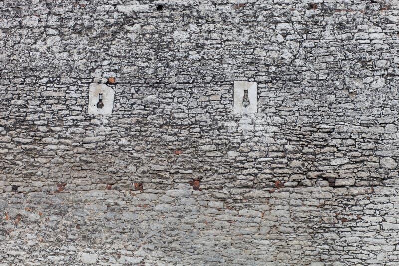 Vieille texture en pierre de mur de château, fenêtres de canon images stock