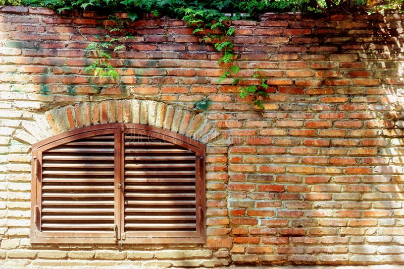 Vieille texture rouge foncé criquée de mur de briques Fond vide abstrait endommagé de Brown Stonewall image libre de droits