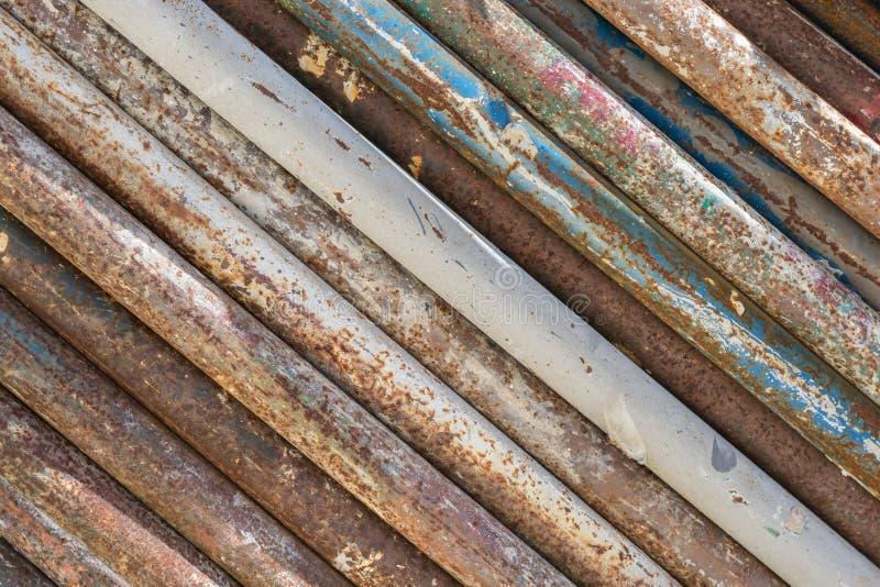 Vieille texture sale et rouillée de pile de tuyaux photographie stock