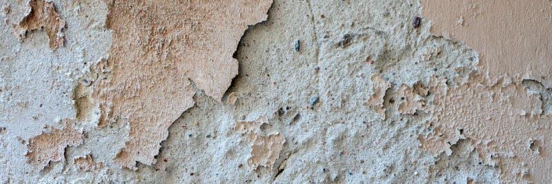 Vieille texture superficielle par les agents sale de fond de mur Mur épluché sale beige de plâtre avec tomber flocons de peinture photo stock