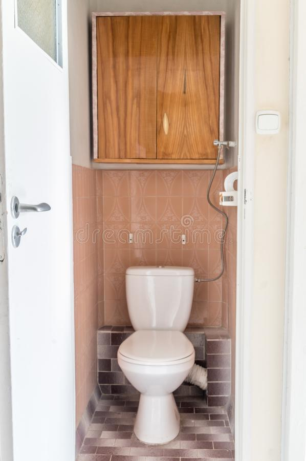 Vieille toilette en gros plan dans la maison, vieille carte de travail de conception photo libre de droits