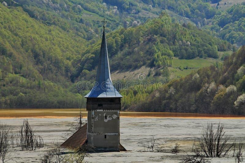 Vieille tour d'église dans le lac souillé photographie stock