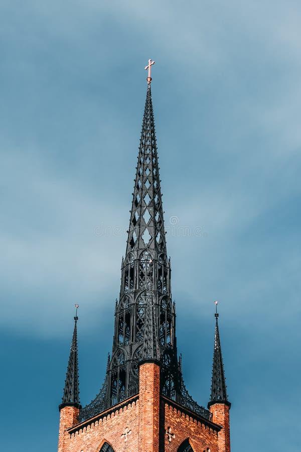 Vieille tour d'église en acier avec la base de brique avec le ciel bleu clair, Stockholm Suède images stock