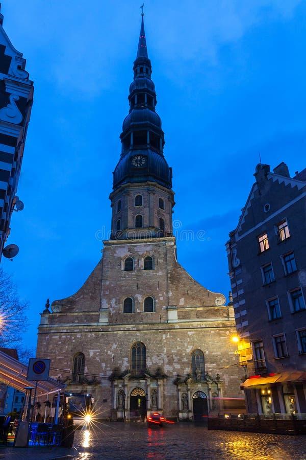 Vieille tour d'église médiévale - église de Peters Lutheran de saint à Riga, Lettonie image stock
