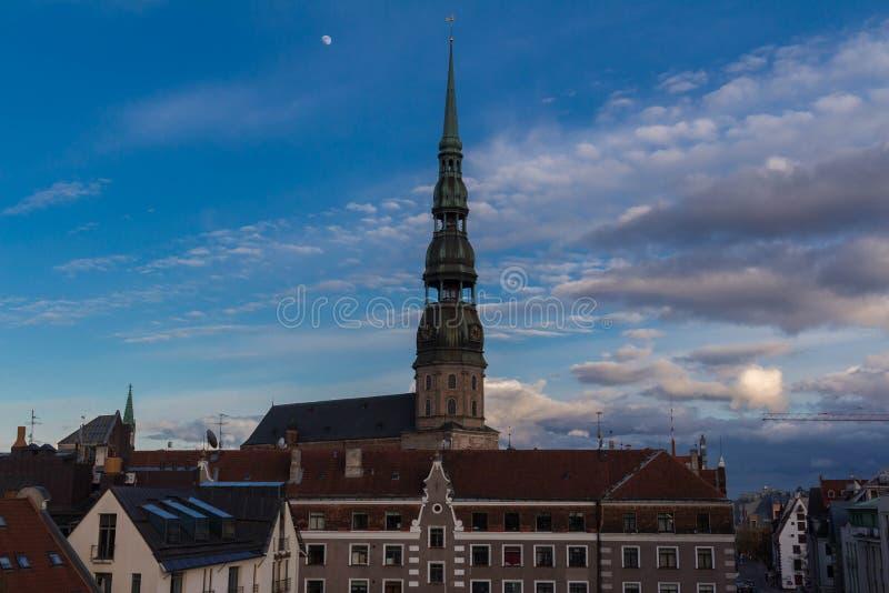 Vieille tour d'église médiévale - église de Peters Lutheran de saint à Riga, Lettonie image libre de droits