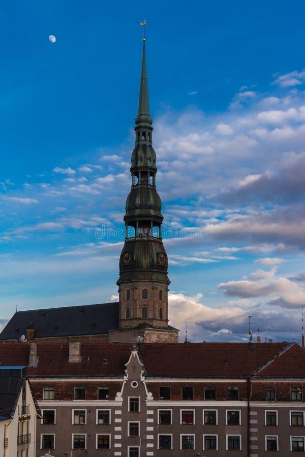 Vieille tour d'église médiévale - église de Peters Lutheran de saint à Riga, Lettonie photographie stock libre de droits