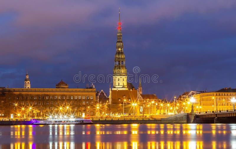 Vieille tour d'église médiévale - église de Peters Lutheran de saint à Riga, Lettonie photo stock