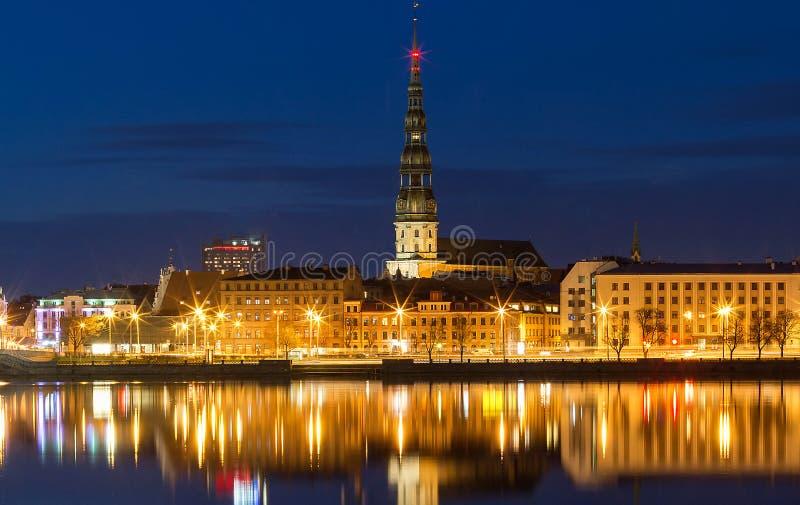Vieille tour d'église médiévale - église de Peters Lutheran de saint à Riga, Lettonie photographie stock