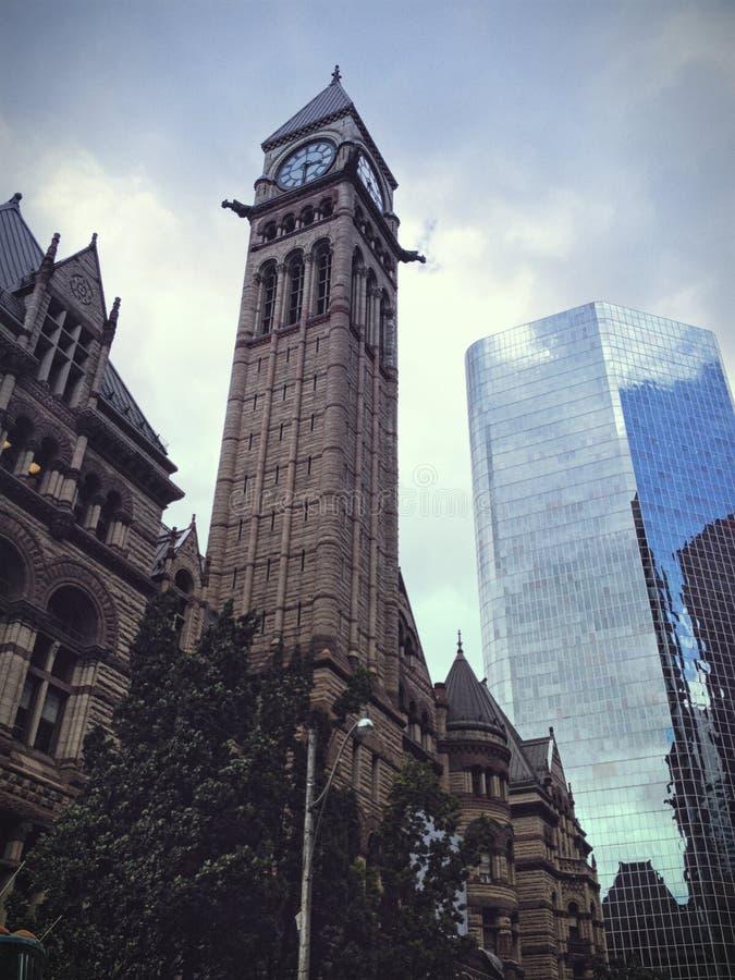Vieille tour d'horloge de bâtiment d'hôtel de ville à Toronto photographie stock