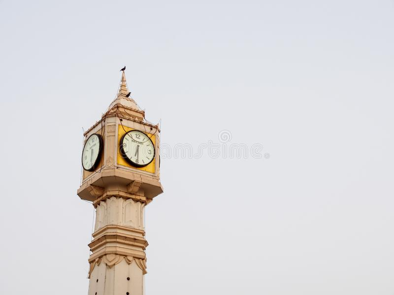 Vieille tour d'horloge le soir, Phitsanulok, Thaïlande photos stock