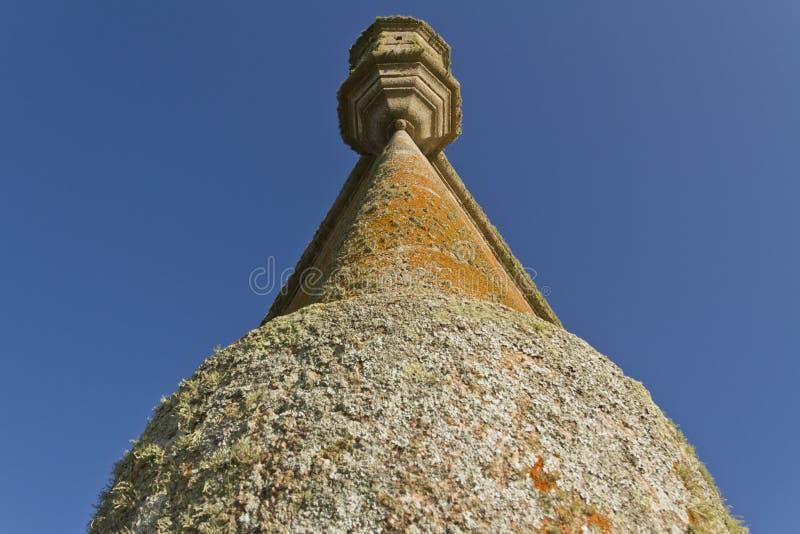 Vieille tour de forteresse Vue d'angle faible photographie stock libre de droits