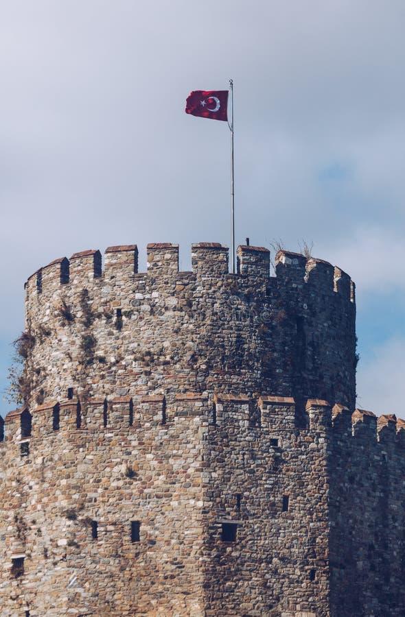 Vieille tour de la fortification médiévale à Istanbul avec le drapeau national La Turquie images stock