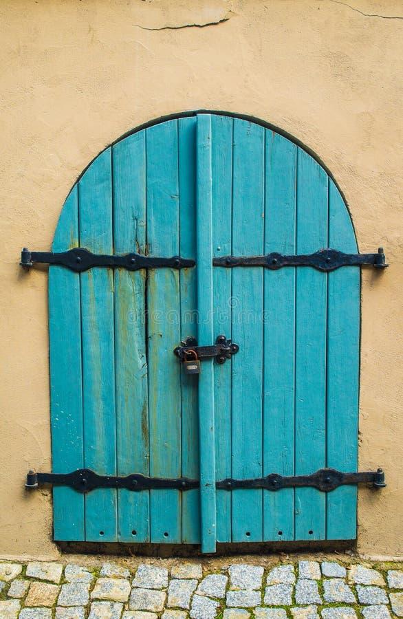 Vieille trappe bleue photo stock