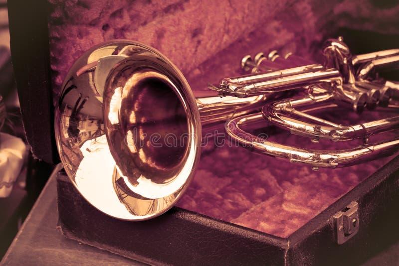 Vieille trompette expos?e sur un march? aux puces italien - image modifi?e la tonalit? photo libre de droits