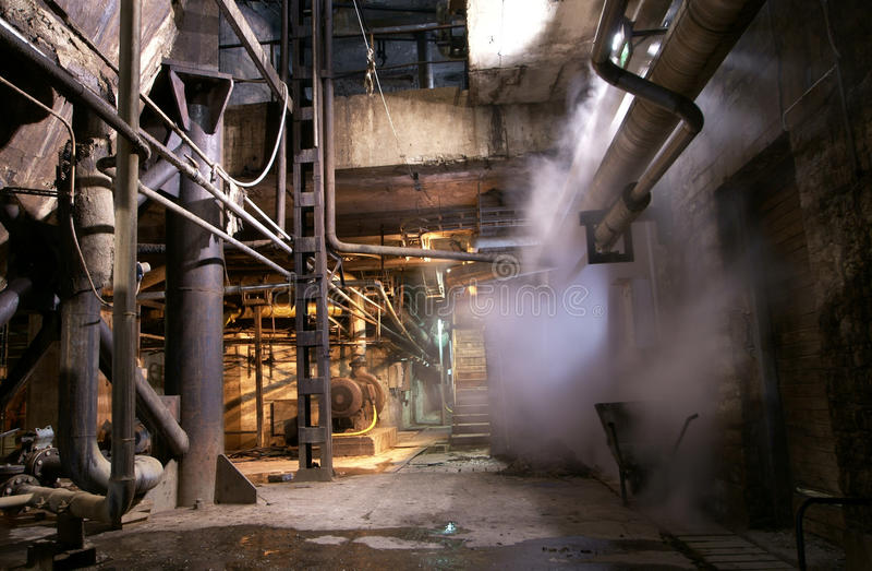 Vieille tuyauterie de vapeur abandonnée d'usine image stock