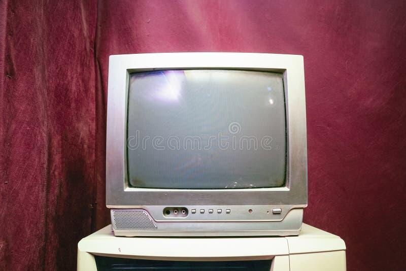 Vieille TV analogue avec le cinégramme photos stock