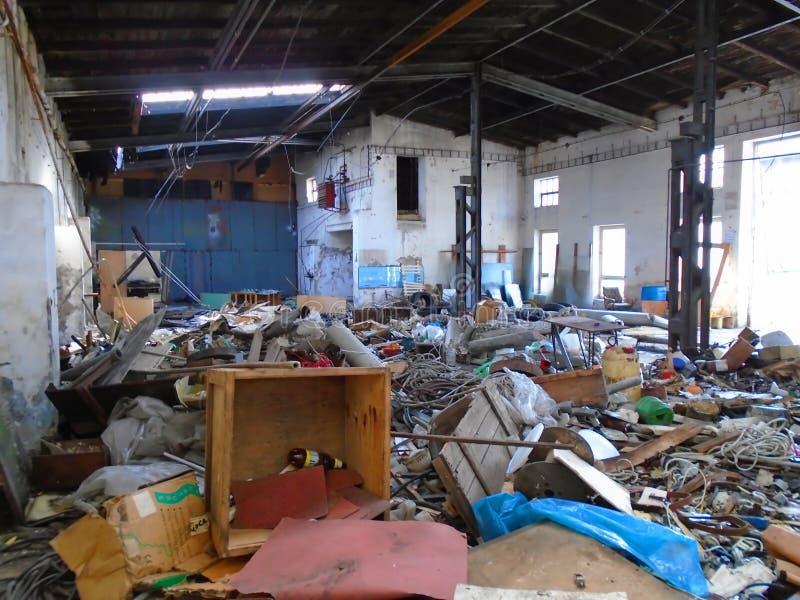 Vieille usine abandonnée avec l'équipement photos libres de droits