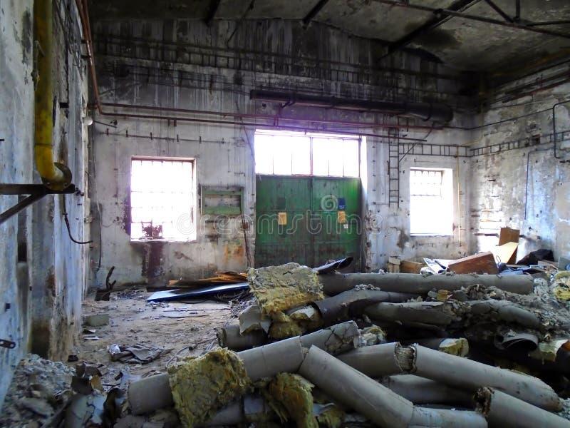 Vieille usine abandonnée avec l'équipement photos stock
