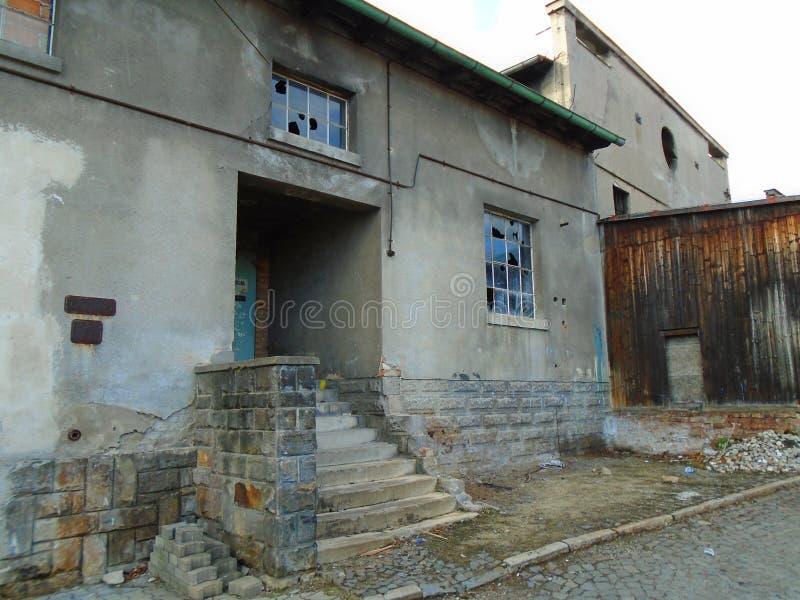 Vieille usine abandonnée des périodes communistes images libres de droits