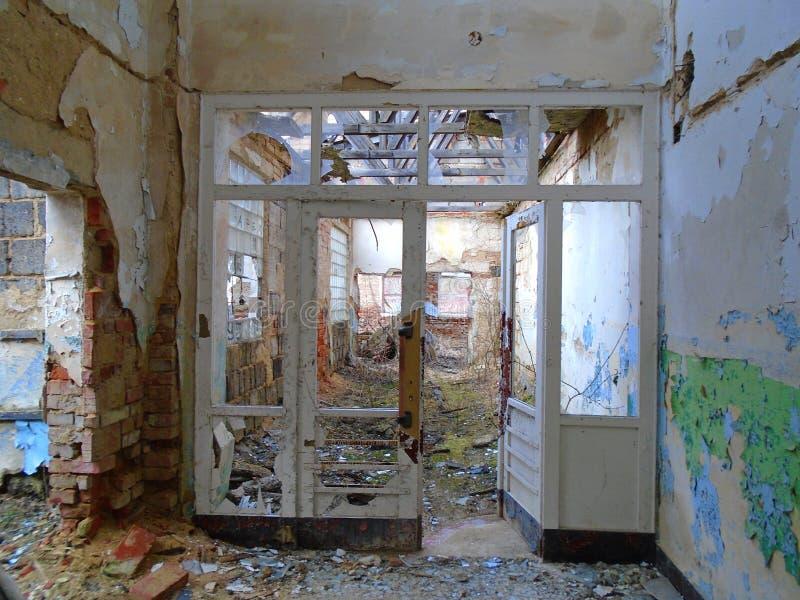 Vieille usine abandonnée des périodes communistes photo stock