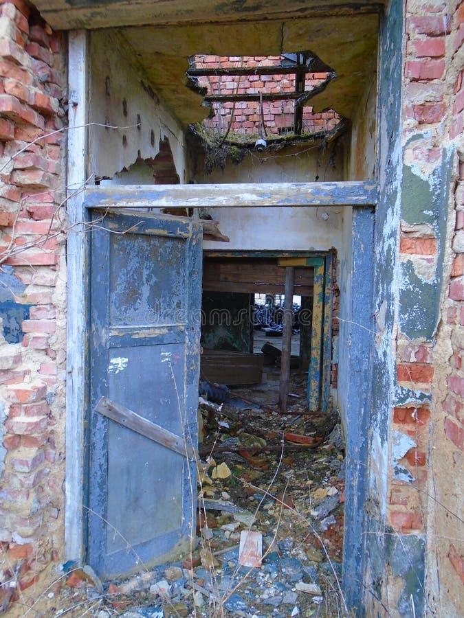 Vieille usine abandonnée des périodes communistes photographie stock libre de droits