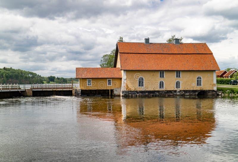 Vieille usine d'énergie hydraulique sur un barrage sur une rivière photos libres de droits