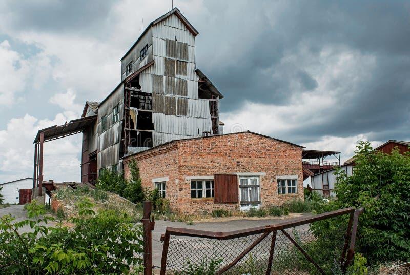 Vieille usine effrayante ruinée abandonnée de grain dans le village oublié photographie stock