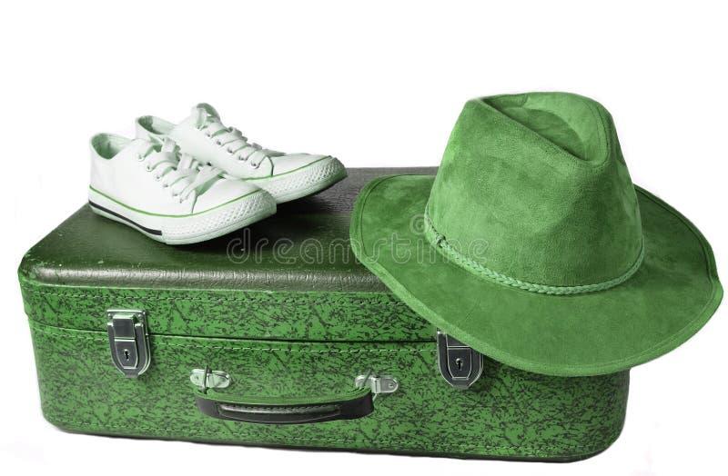 Vieille valise en cuir, rétros espadrilles, chapeau de feutre d'isolement sur le fond blanc Le concept du voyage photographie stock