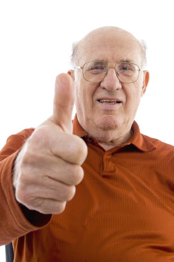 vieille verticale d'homme affichant le pouce vers le haut photo libre de droits
