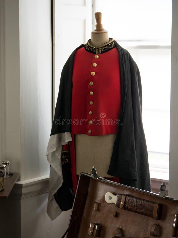 Vieille veste britannique rouge du 19ème siècle d'uniforme militaire avec les boutons en laiton photos libres de droits