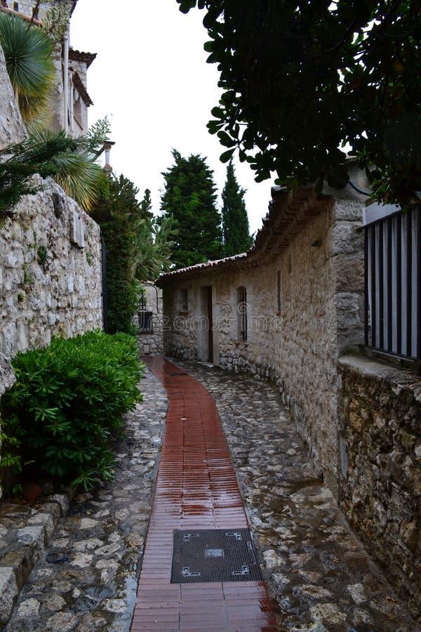 Vieille ville après la pluie avec de vieilles maisons image libre de droits