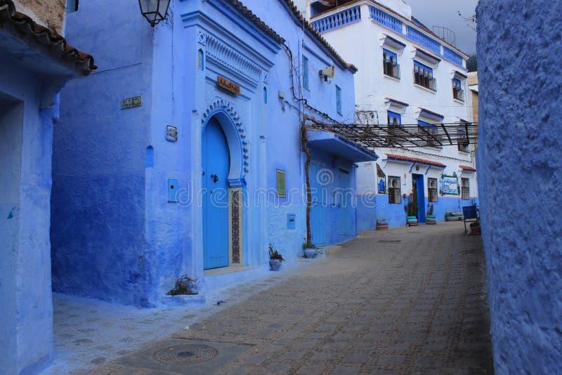 Vieille ville Chefchaouen, Maroc, allée bleue de bâtiments d'architecture images libres de droits