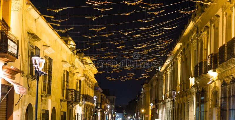 Vieille ville coloniale de ville d'Oacaca par nuit - au Mexique photos stock