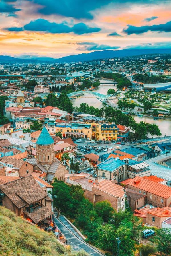 Vieille ville colorée de vue supérieure, été Tbilisi, la Géorgie de rivière de Kura Mtkvari image stock