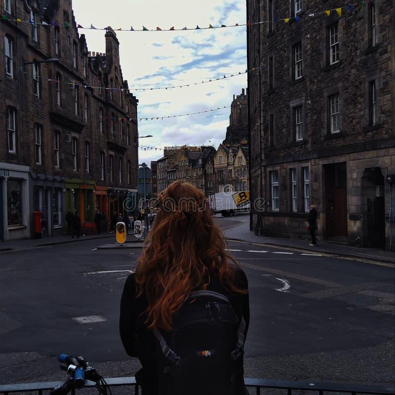 Vieille ville d'Edimbourg, une fille irlandaise regardant dans les rues images stock