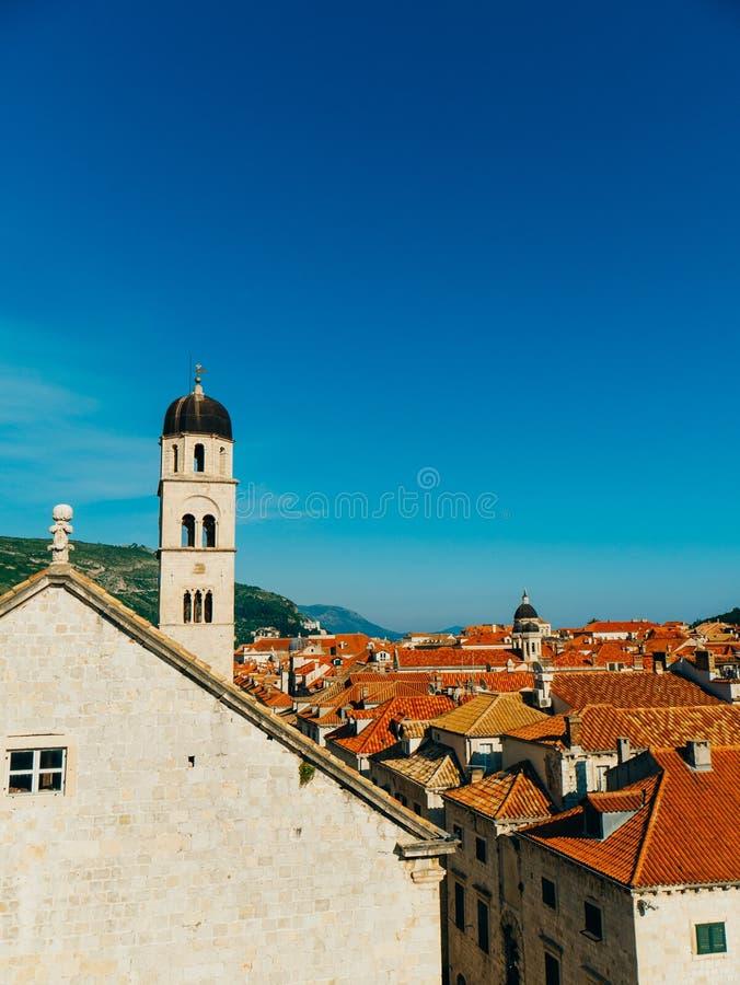 Vieille ville de Dubrovnik, Croatie toits de maisons carrelés Église en Th photographie stock