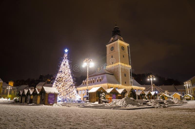 Vieille ville de hôtel de ville Brasov sur Noël dans la région de la Transylvanie de la Roumanie photos stock