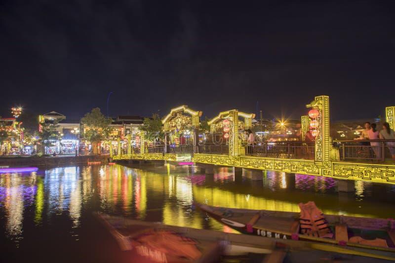 Vieille ville de Hoi An avec des bateaux sur la rivière images stock
