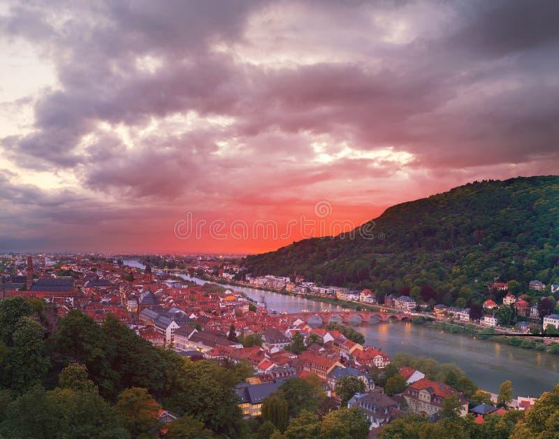 Vieille ville de l'Allemagne, Heidelberg sur un coucher du soleil, image panoramique images stock