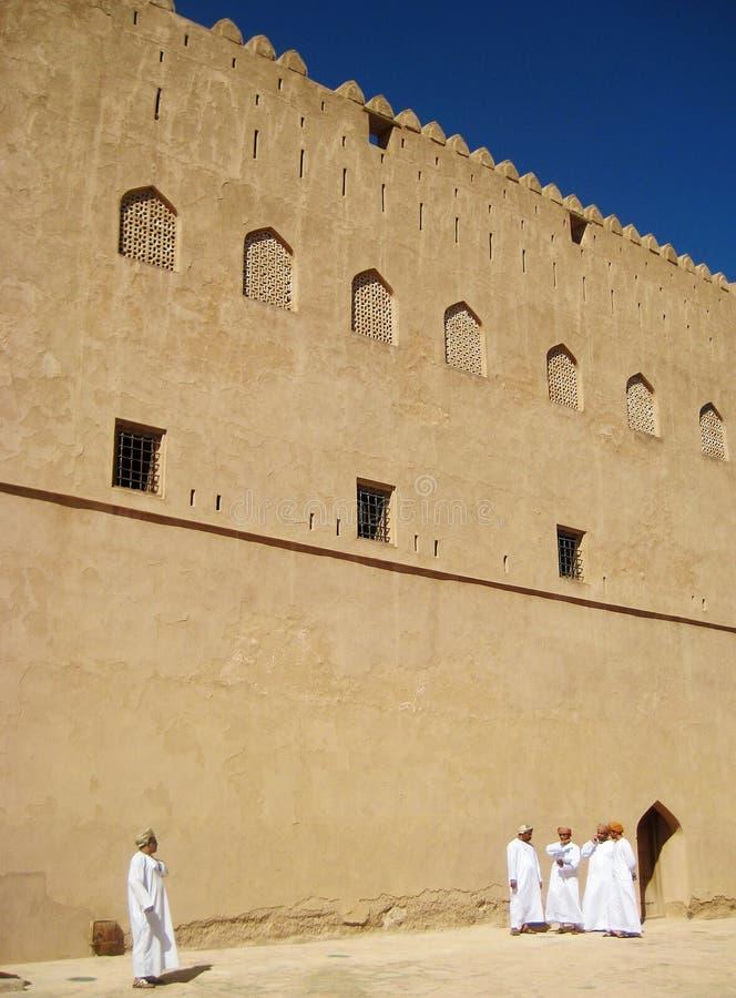 Vieille ville de l'Oman Nizwa avec un certain peolple photos libres de droits