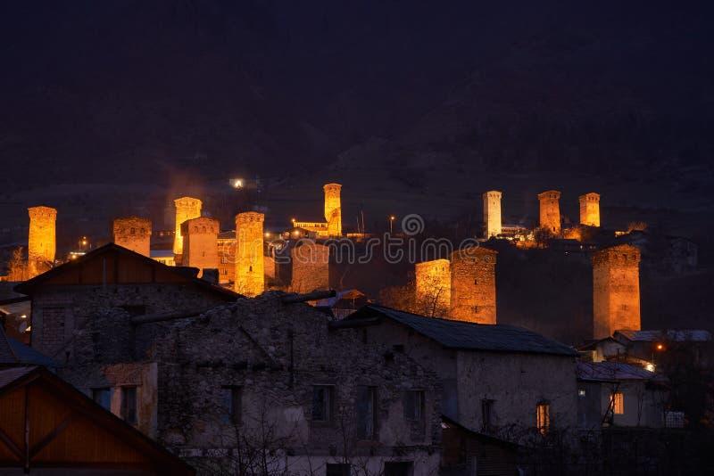 Vieille ville de Mestia en G?orgie avec les tours traditionnelles de cygne des Moyens ?ges images stock