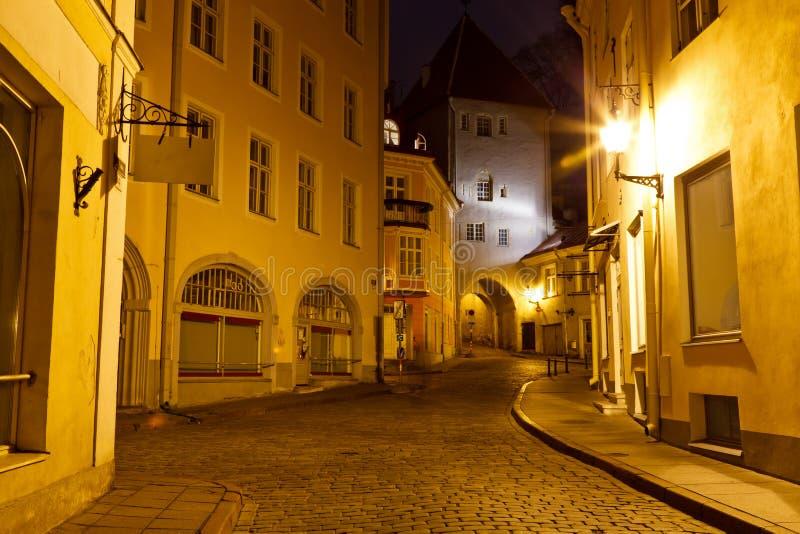 Vieille ville de Tallinn la nuit, Estonie photographie stock libre de droits