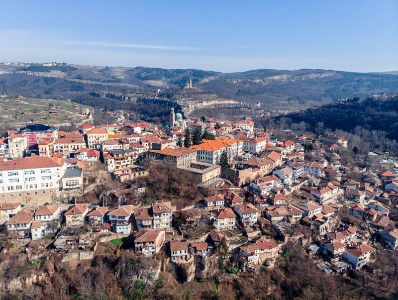 Vieille ville de vue aérienne de Veliko Tarnovo avec la forteresse et les maisons dans la falaise photographie stock libre de droits