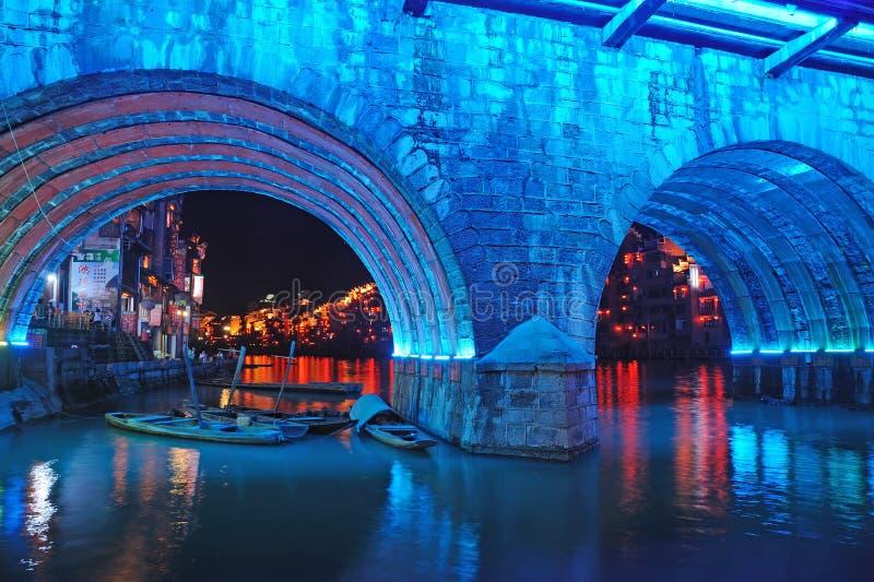 Vieille ville de Zhenyuan la nuit images libres de droits