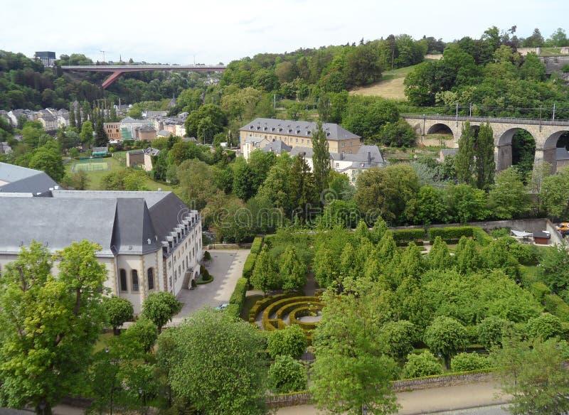 Vieille ville du luxembourgeois avec le beau parc et les 24 viaducs de voûtes, la ville du Luxembourg photo libre de droits