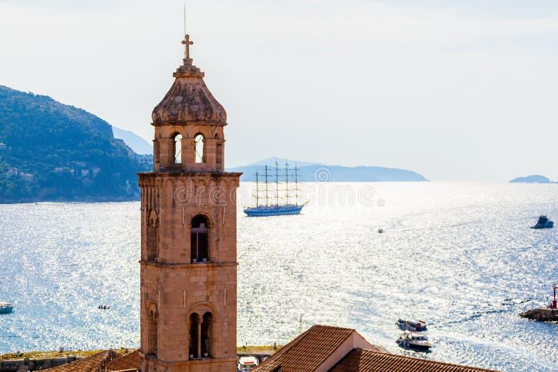 Vieille ville Dubrovnik sur le fond de Mer Adriatique avec le bateau images libres de droits