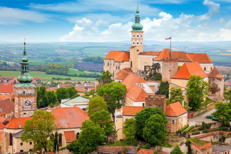 Vieille ville européenne avec le château et l'horloge photo libre de droits