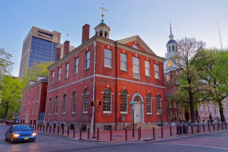 Vieille ville hôtel et indépendance Hall à Philadelphie dans la soirée image libre de droits