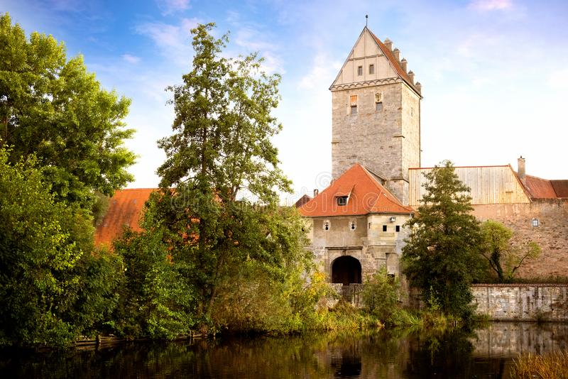 Vieille ville historique de dinkelsbuhl, se reflétant en rivière point de repère au franconia moyen de route romantique, Allemagn image libre de droits
