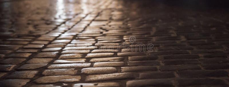 Vieille ville Lviv, Ukraine : Rue de pavé de nuit photographie stock